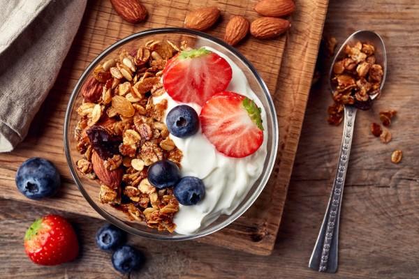 hausgemachtem-Musli-mit-Joghurt-Mandeln-Rosinen-blaubeeren-Pekannusse-und-Paranussen